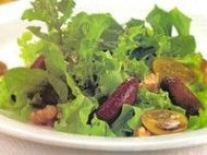 Salada com beterraba assada, tomate e nozes