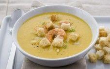Sopa de feijão branco com camarões e croûtons de alho