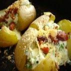 Batatas assadas com creme de queijo e azeitonas