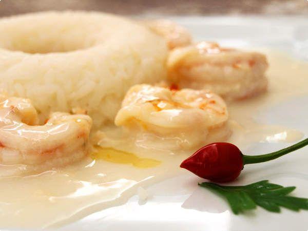 Camarão ao leite com arroz thailandês e molho de pimenta agridoce