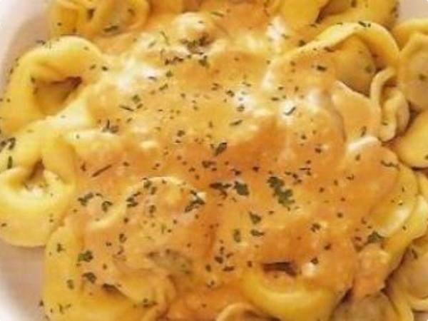 Capeletti com molho cremoso de queijo e frango