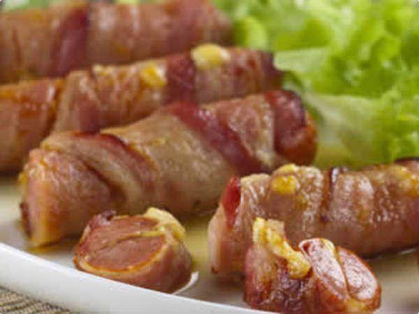 Enroladinho de bacon e salsicha com queijo