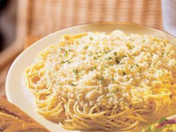 Espaguete ao molho de peito de peru e queijo cottage