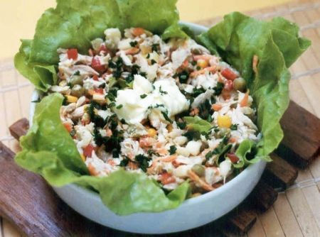 Salada com frango, milho e ervilha