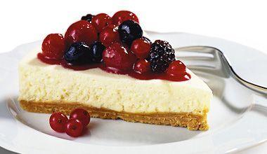 A Torta de chocolate branco com calda de frutas