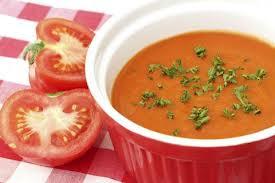 Sopinha de tomate com manjericão