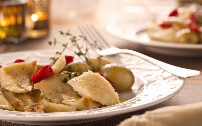Bacalhau assado com batatas, tomate e vinho