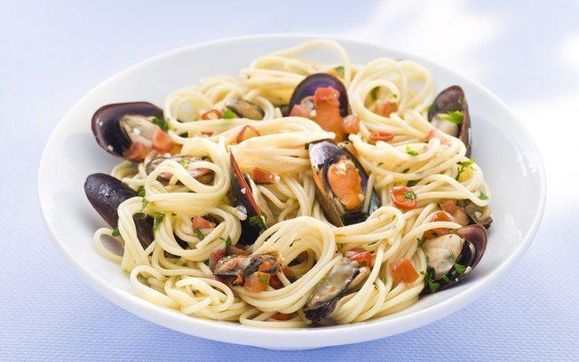 Espaguete com mexilhões, vinho branco e salsinha