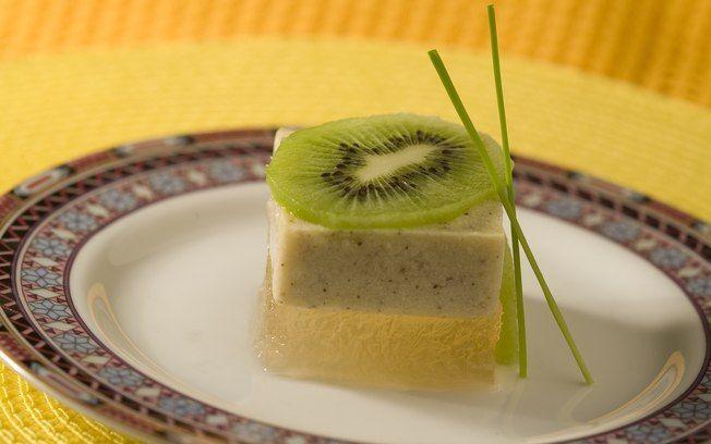 Gelatina diet de chá verde com creme de kiwi