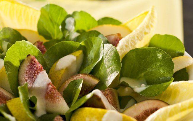 Salada de figo e peras com rúcula e molho de queijo