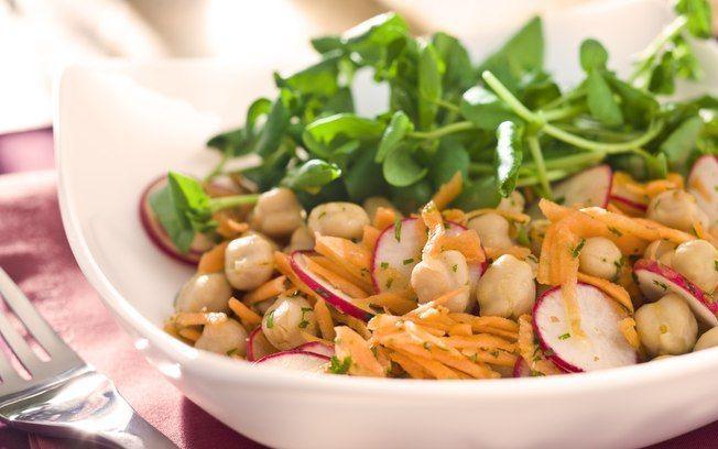 Salada de grão-de-bico com cenoura e salsinha