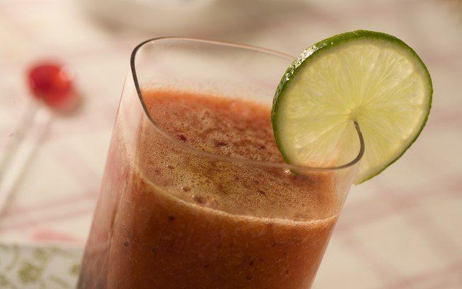 Suco diet de ameixa com chá verde e manga