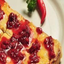 Bruschetta de queijo brie com geleia de morango