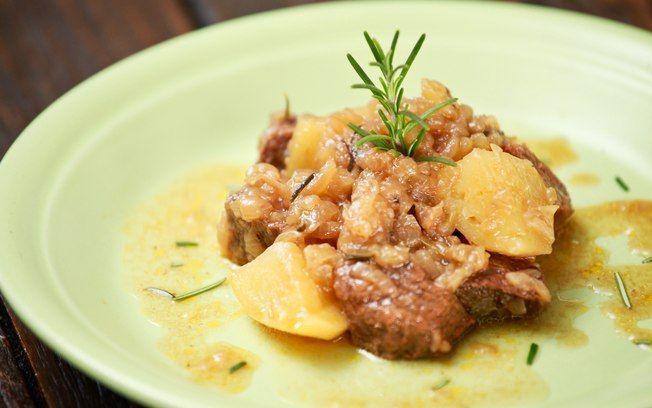 Carne acebolada com batatas e alecrim