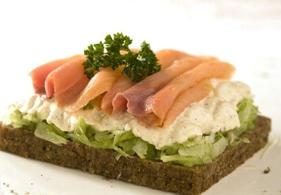 Sanduíche de salmão e creme azedo