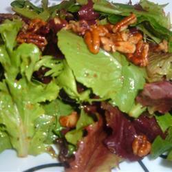 Salada de folhas verdes com nozes e molho de cebola assada caramelizada