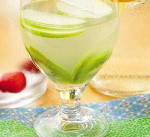 Água de coco com kiwi e maçã verde