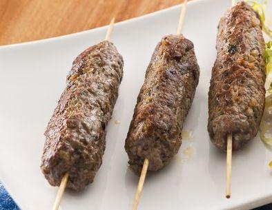 Espetinhos de carne moída com pimenta síria