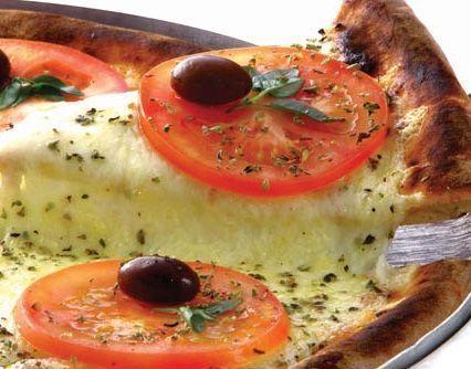 Pizza de mussarela de búfala e azeitonas pretas