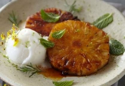 Abacaxi Grelhado com Molho de laranja