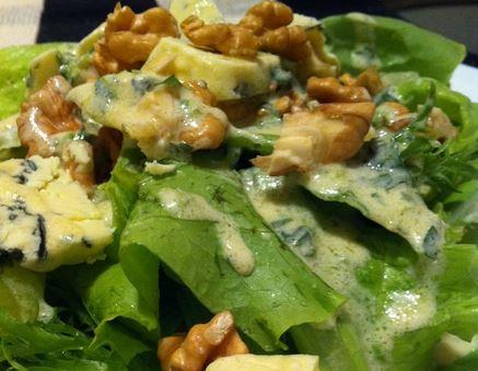 Salada de folhas, gorgonzola e nozes