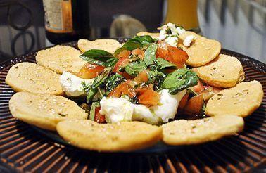 Burrata com tomates, manjericão e torradas de pão sírio