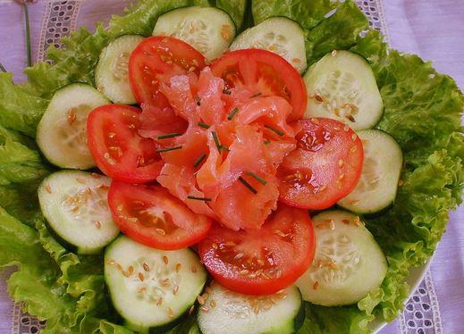 Salada de Tomate, Pepino e Salmão Fumado
