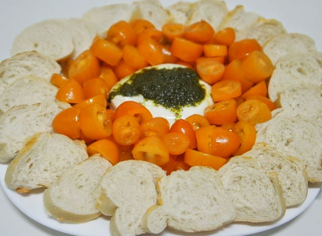 Burrata com Tomatinhos Amarelos e Molho Pesto
