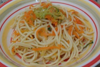 Espaguete com cenoura e abobrinhas