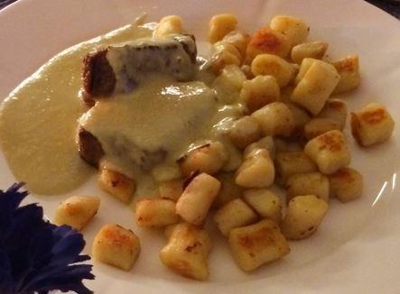 Filet com molho de gorgonzola e nhoque