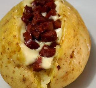 Batatas Recheadas com Calabresa e Queijo Brie