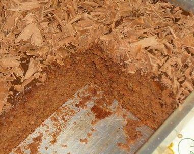 Bolo de coca cola, com creme de brigadeiro e raspas de chocolate