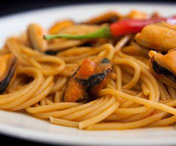 Espaguete Picante com Molho de Tomate e Mexilhão