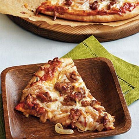 Pizza de cebola caramelizada e linguiça de peru