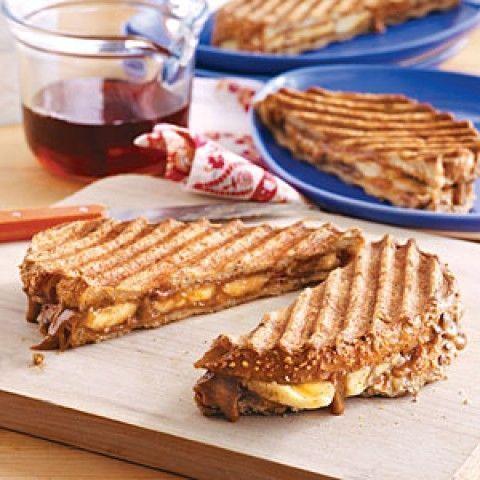 Sanduíches de torrada francesa com banana e manteiga de amêndoa