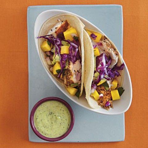Tacos de peixe com lima e molho de manga