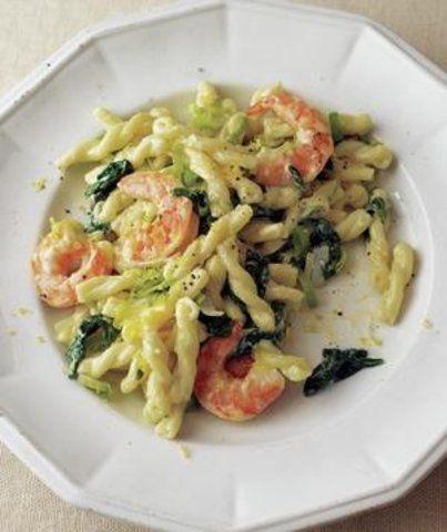 Camarão com macarrão e pasta de espinafre