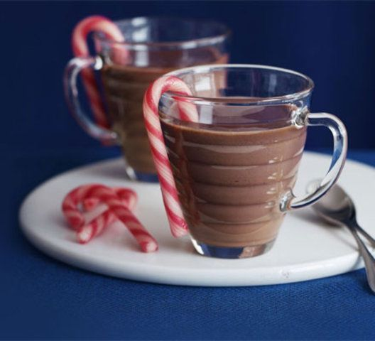 Chocolate quente com creme de leite e hortelã