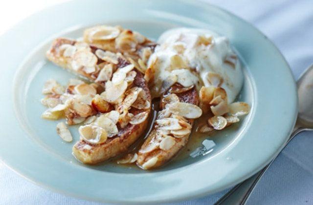 Banana caramelada com iogurte e gengibre