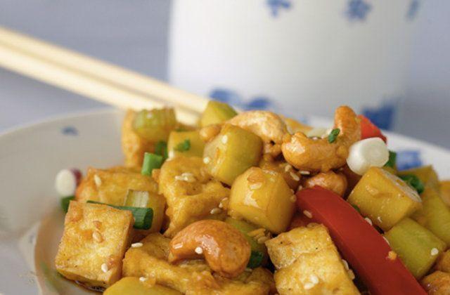 Salada de tofu quente com molho de gergelim