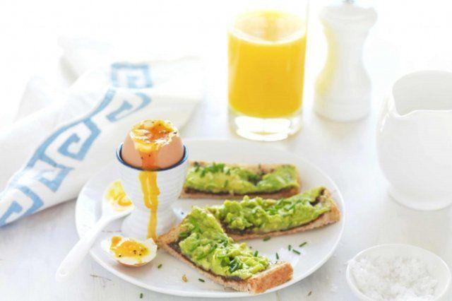 Café da manhã de ovos cozidos com abacate