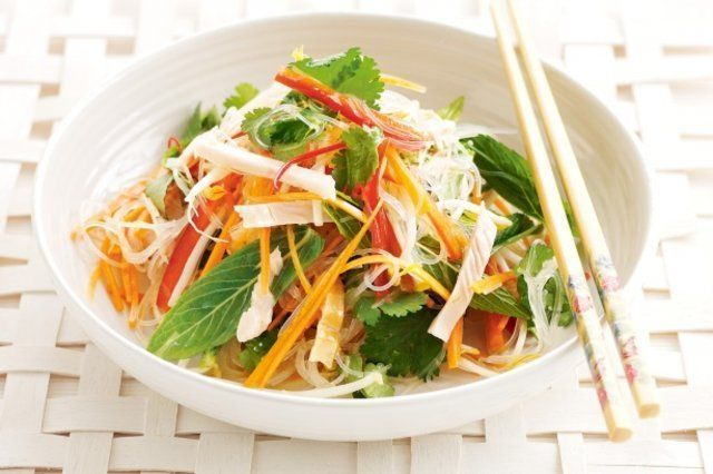 macarrão Vietnamita e salada de frango defumado