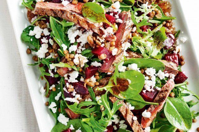 Salada de beterraba e lentilhas com tiras de bife