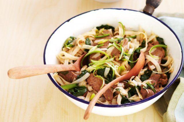cordeiro com espinafre e macarrão de arroz