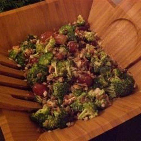 Salada de brócolis com bacon e uva