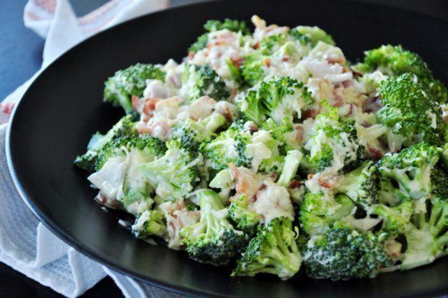 Salada de brócolis com molho de maionese