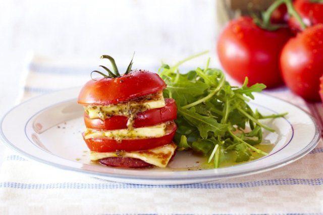 Tomate em fatias com pesto e queijo coalho