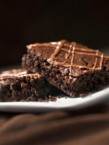 Brownies de cacau com calda de caramelo