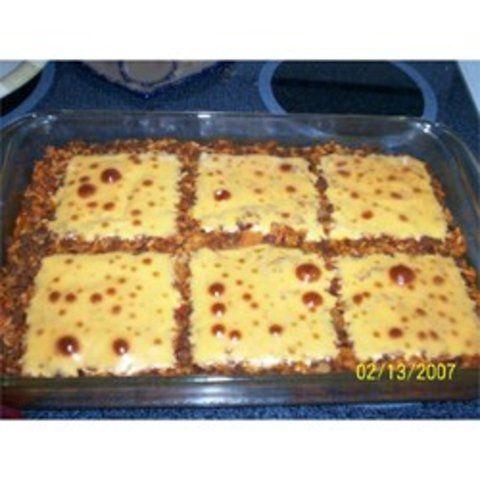 Assado de carne moída com arroz e queijo derretido