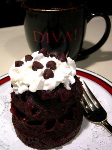 Caneca com bolo de chocolate